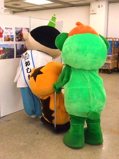 大崎一番太郎、おしなりくん相手にロードキル達成[ご当地キャラ忘年会2012]