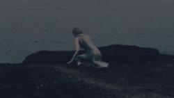 薄暗い海岸に女性が独り(トレイラー第2弾・ロングバージョンより)[エースコンバット7]